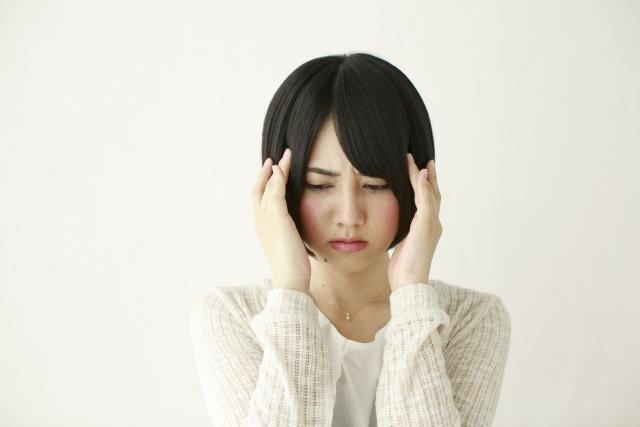 頭痛に悩まされている女性